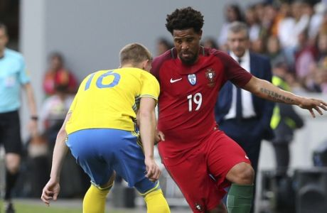 Portugal's Eliseu fights for the ball against Sweden's Emil Krafth during the international friendly soccer match between Portugal and Sweden at the dos Barreiros stadium in Funchal, Madeira island, Portugal, Tuesday, March 28 2017. (AP Photo/Armando Franca)