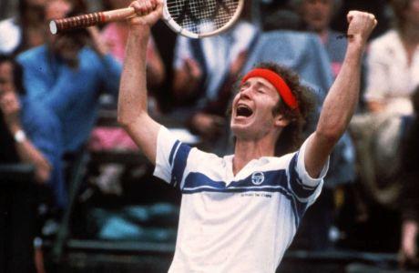 Ο Τζον ΜάκΕνρο μόλις έχει νικήσει τον Μπιόρν Μπόργκ στον τελικό του Γουίμπλεντον,  4 Ιουλίου 1981