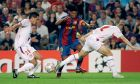 Ο Ροναλντίνιο της Μπαρτσελόνα σε στιγμιότυπο με τους Ζερεμί Τουλαλάν (αριστερά) και Φρανσουά Κλερκ (δεξιά) της Λιόν σε αναμέτρηση για τη φάση των ομίλων του Champions League 2007-2008 στο 'Καμπ Νόου', Βαρκελώνη, Τετάρτη 19 Σεπτεμβρίου 2007