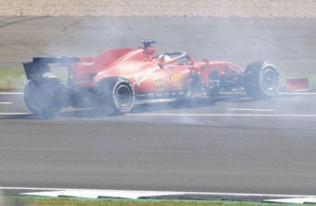 Ο Σεμπάστιαν Φέτελ προσπαθεί να συγκρατήσει το μονοθέσιο του στο Formula One Grand Prix του Silverstone (09/08/2020) - Andrew Boyers, Pool via AP