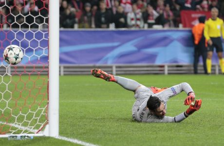 O τερματοφύλακας της Σεβίλης Σέρτζιο Ρικο δέχεται γκολ κατά τη διάρκεια της αναμέτρησης Σεβίλη - Σπαρτάκ Μόσχας για το Champions League
