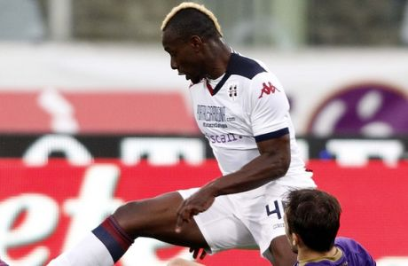 Cagliari's Paul Jose M'Poku, left, fights for the ball with Fiorentina's Milan Badelj during a Serie A soccer match at the Artemio Franchi stadium in Florence, Italy, Sunday, April 26, 2015. (AP Photo/Fabrizio Giovannozzi)