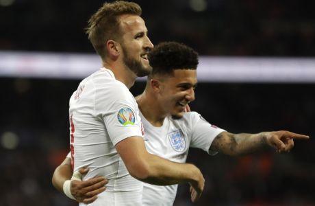 Χάρι Κέιν και Τζέιντον Σάντσο πανηγυρίζουν ένα γκολ της εθνικής Αγγλίας. AP Photo/Kirsty Wigglesworth