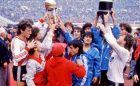 """Οι παίκτες της Ρίβερ παρουσιάζουν στους φιλάθλους τους στο """"Μονουμεντάλ"""" τα τρόπαια του Libertadores και του Διηπειρωτικού (1986)"""