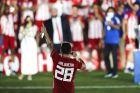 Ο Ματιέ Βαλμπουενά έχει αρπάξει το μικρόφωνο και αναγγέλλει έναν-έναν τους ποδοσφαιριστές του Ολυμπιακού