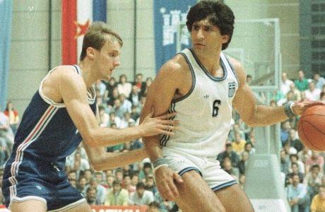 Ο Παναγιώτης Γιαννάκης με αντίπαλο τον Γιούρι Ζντοβτς στο Ευρωμπάσκετ του 1989
