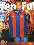 Η επίσημη παρουσίαση του Ρονάλντο από την Μπαρτσελόνα. Αριστερά διακρίνεται ο πρόεδρος του συλλόγου, Τζουσέπ Γιουίς Νούνιεθ (19/8/1996).