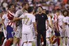 Ο Ντιέγκο Σιμεόνε συγχαίρει τους παίκτες του στο φινάλε της αναμέτρησης της Ρεάλ Μαδρίτης με την Ατλέτικο Μαδρίτης