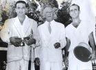 Ο Λάζαρος Στάλιος κατά τη διάρκεια απονομής τροπαίου, μαζί με τον πρόεδρο του ομίλου αντισφαίρισης Κετσέα και τον αθλητή Πανώρη, που τον συνόδευε στα διπλά.