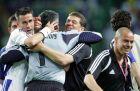 Τσιάρτας, Νικοπολίδης και Ρεχάγκελ πανηγυρίζουν την πρόκριση στα ημιτελικά μετά τη νίκη επί της Γαλλίας (25/6/2004)
