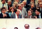 """Ο Σωκράτης Κόκκαλης στα """"μάρμαρα"""" του """"Γ.Καραϊσκάκης"""" με τον Στάυρο Νταϊφά. Αριστερά ο τότε πρόεδρος της ΕΠΟ, Κώστας Τριβέλας και από πάνω τους ο Μιλτιάδης Μαρινάκης, πατέρας του νυν προέδρου της ΠΑΕ. Δίπλα του η Λόλα Νταϊφά..."""
