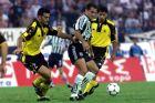 Ο Νίκος Φρούσος του ΠΑΟΚ σε στιγμιότυπο με τον Τραϊανό Δέλλα της ΑΕΚ για την Α' Εθνική 1999-2000 στο γήπεδο της Τούμπας, Κυριακή 19 Σεπτεμβρίου 1999