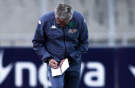 Ο Λάζλο Μπόλονι κρατά σημειώσεις κατά τη διάρκεια του παιχνιδιού με την ΑΕΚ
