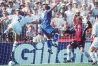 O Ρομάριο σκοράρει με κεφαλιά, ενώ ο αμυντικός Ρόλαντ Νίλσον και ο τερματοφύλακας Τόμας Ραβέλι προσπαθούν να κερδίσουν τη μπαλα, κατά τη διάρκεια της αναμέτρησης για τα ημιτελικά του Μουντιάλ του 1994, μεταξύ Βραζιλίας και Σουηδίας.