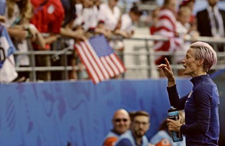 Γιατί η αρχηγός των ΗΠΑ γονατίζει στον εθνικό ύμνο