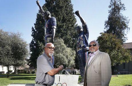Οι Τζον Κάρλος και Τόμι Σμιθ μπροστά στα αγάλματα τους, έξω από το San Jose State University, όπου φοίτησαν.