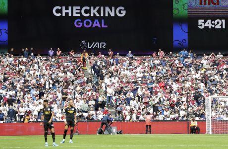 Οι ποδοσφαιριστές της Γουέστ Χαμ και της Μάντσεστερ Σίτι περιμένουν την απόφαση του ελέγχου μέσω VAR τέρματος που πέτυχε ο Γκαμπριέλ Ζεζούς, στη μεταξύ τους αναμέτρηση για την Premier League 2019-2020 στο Ολυμπιακό Στάδιο του Λονδίνου, Σάββατο 10 Αυγούστου 2019