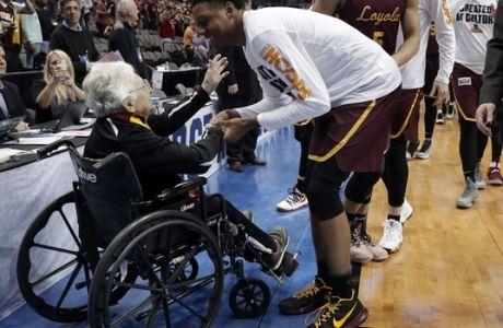 Η 99χρονη κληρικός Τζιν Ντολόρες Σμιντ είναι πίσω απ' το θαύμα στο κολέγιο του Σικάγο