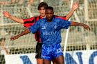 Ο Πίτσο Μοσιμάνε του Ιωνικού σε στιγμιότυπο με τον Γιώργο Αμανατίδη του Απόλλωνα Καλαμαριάς για την Α' Εθνική 1992-1993 στο γήπεδο της Νίκαιας | Κυριακή 27 Σεπτεμβρίου 1992