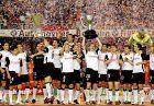 """Οι παίκτες της Βαλένθια παρουσιάζουν τα Κύπελλα του πρωταθλήματος και του UEFA στη φιέστα του """"Μεστάγια"""" για το """"doblete""""."""