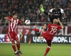 Besiktas' Vincent Aboubakar from Cameroon, rear right, jumps for the ball against Olympiakos' Esteban Cambiasso from Argentina, front right, during a Europa League round of 16 first leg soccer match at Georgios Karaiskakis stadium in Piraeus port, near Athens, Thursday, March 9, 2017.(AP Photo/Yorgos Karahalis) (AP Photo/Yorgos Karahalis)