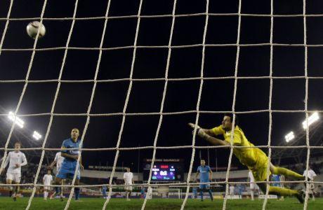 Ο Ντάνιελ Σούμπασιτς, τερματοφύλακας της Χάιντουκ Σπλιτ, προσπαθεί να σώσει τη μπάλα, σε αγώνα της ομάδας του για το Europa League.