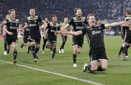 Ο αρχηγός Ματάις ντε Λιχτ και οι υπόλοιποι παίκτες του Άγιαξ πανηγυρίζουν γκολ εις βάρος της Γιουβέντους, στα προημιτελικά του Champions League 2018-2019, στο 'Άλιαντς Στέιντιουμ' του Τορίνο, Τρίτη 16 Απριλίου 2019