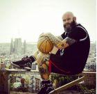Με φόντο τη Βαρκελώνη και αγκαλιά με την μπάλα του μπάσκετ. Ο Ντάρκο Πέριτς, εκτός των άλλων, σουτάρει με το... αριστερό