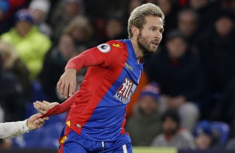 Crystal Palaces Yohan Cabaye, right has his shirt pulled by Swansea Citys Ki Sung-yueng during the English Premier League soccer match between Crystal Palace and Swansea City at Selhurst Park stadium, in London, Tuesday, Jan.  3,  2017. (AP Photo/Alastair Grant)