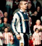Ο Ερικ Καντονά φοράει την εναλλακτική εμφάνιση της Μάντσεστερ Γιουνάιτεντ σε μπλε-λευκό χρώμα, κατά τη διάρκεια του ματς ενάντια στη Σαουθάμπτον, στο οποίο ηττήθηκε με 1-3, το Σάββατο 13 Απριλίου 1996