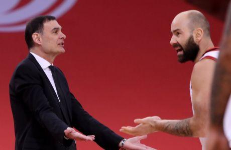 Ο Γιώργος Μπαρτζώκας και ο Βασίλης Σπανούλης διαμαρτύρονται στους διαιτητές