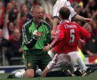 Ο Πέτερ Σμάιχελ και ο Ρόνι Γιόνσεν πανηγυρίζουν τον τίτλο της Premier League