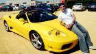 Ο Ρέγιες ποζάρει στην κίτρινη Ferrari του.