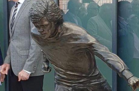 Είναι αυτό ένα άγαλμα ενός θρύλου της Μάντσεστερ ή του Σταμάτη Κόκοτα;