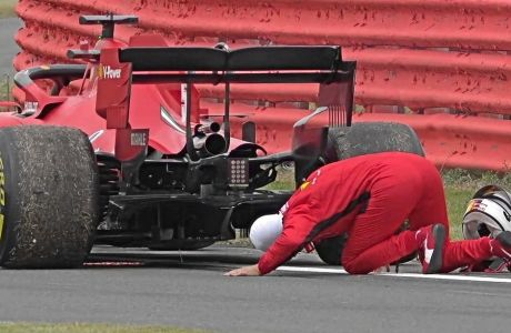 To αυτοκίνητο του Σεμπάστιαν Φέτελ είχε πρόβλημα στη Silverstone και αποφάσισε να ρίξει μια ματιά, πριν το πιάσουν οι μηχανικοί -τους οποίους επίσης, βοήθησε.