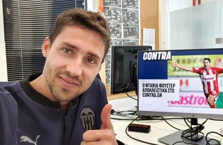 Ο Νταβίδ Φουστέρ από την Ισπανία διαβάζει Contra.gr