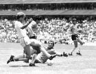 Ο Μαραντόνα πετυχαίνει το γκολ του αιώνα απέναντι στην Αγγλία στο Μουντιάλ του Μεξικού (22/6/1986).