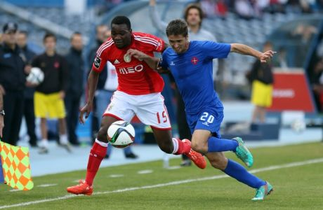 Benfica's Ola John, left, from Netherlands, vies for the ball with Belenenses' Filipe Ferreira during a Portuguese league soccer match between Benfica and Belenenses at the Restelo stadium, in Lisbon, Saturday, April 18, 2015. (AP Photo/Francisco Seco)