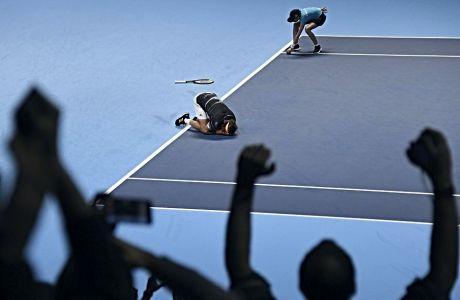 Ο Στέφανος Τσιτσιπάς λυγίζει αμέσως μετά την κατάκτηση του Nitto ATP Finals, την Κυριακή 17 Νοεμβρίου 2019