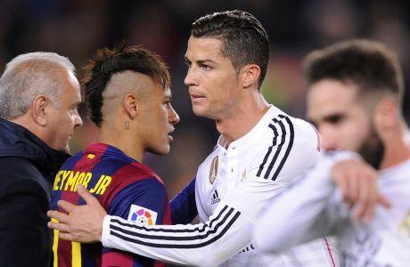 O Κριστιάνο Ρονάλντο σε στιγμιότυπο από την εποχή που αγωνιζόταν στη Ρεάλ Μαδρίτης, χαιρετά τον τότε παίκτη της Μπαρτσελόνα, Νεϊμάρ. Μάρτιος 2015