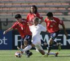 Οι Gary Medel (αριστερά), Cristian Suarez (2) και Arturo Vidal (14) της Χιλής, προσπαθούν να περιορίσουν τον Κοεντράο (AP Photo/Marcio Jose Sanchez)