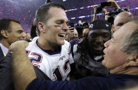 Ο Τομ Μπρέιντι των Νιου Ίνγκλαντ Πάτριοτς πανηγυρίζει μαζί με τον προπονητή του, Μπιλ Μπέλιτσικ, την κατάκτηση του Super Bowl 2017 εις βάρος των Ατλάντα Φάλκονς, Χιούστον, Κυριακή 5 Φεβρουαρίου 2017