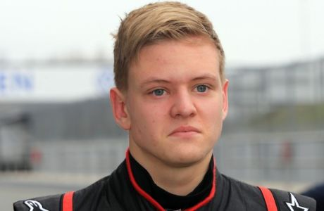 Mick Schumacher, hijo del ex campeón mundial de F1 Michael Schumacher, camina por los pits en el circuito Motorsport Arena en Oschersleben, Alemania, el miércoles, 8 de abril de 2015. Mick Schumacher es piloto de prueba del equipo holandés Van Amersfoort Racing. (AP Photo/dpa, Jens Wolf)