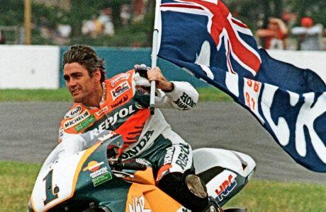 O Mικ Ντούχαν, τον Αύγουστο του 1997, όταν αναδείχθηκε για τέταρτη διαδοχική σεζόν πρωταθλητής του MotoGP. Από το 1993 δεν ένιωθε το δεξί πόδι.