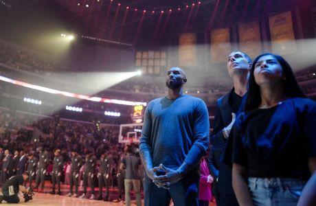 Ο Κόμπε Μπράιαντ κατά την ανάκρουση του εθνικού ύμνου των ΗΠΑ πριν από την αναμέτρηση των Λος Άντζελες Λέικερς με τους Ατλάντα Χοκς στο 'Στέιπλς Σέντερ', Λος Άντζελες, Κυριακή 17 Νοεμβρίου 2019