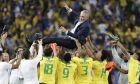 Οι παίκτες της εθνικής Βραζιλίας πετούν στον αέρα τον προπονητή τους, Τίτε, μετά από τη νίκη με 3-1 επί του Περού στον τελικό του Copa América 2019 στο 'Μαρακάνά', Ρίο ντε Ζανέιρο, Κυριακή 7 Ιουθλίου 2019