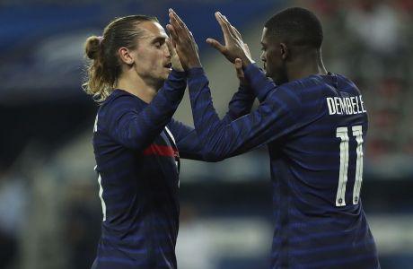 Ο Αντουάν Γκριεζμάν και ο Ουσμάν Ντεμπελέ πανηγυρίζουν παρέα για το γκολ στο φιλικό με την Ουαλία στη Νίκαια