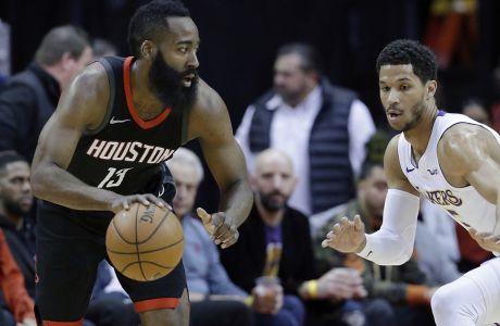 El permitral James Harden (13), de los Rockets de Houston, busca abrirse espacio ante el base Josh Hart, derecha, de los Lakers de Los Ángeles, en duelo de NBA del domingo 31 de diciembre de 2017, en Houston. (AP Foto/Michael Wyke)