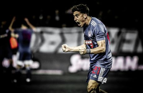 Ο Κώστας Τσιμίκας του Ολυμπιακού πανηγυρίζει γκολ κόντρα στον ΠΑΟΚ σε αναμέτρηση για τη Super League 1 2019-2020 στο γήπεδο της Τούμπας, Κυριακή 23 Φεβρουαρίου 2020