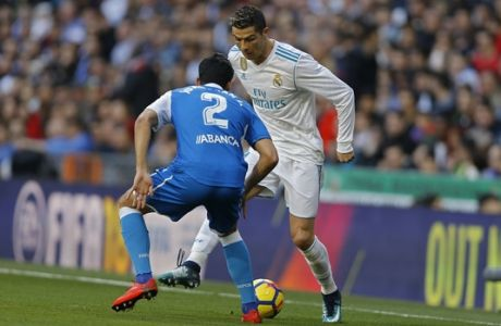 Real Madrid's Cristiano Ronaldo, right, vies for the ball with Deportivo Coruna's Juanfran Moreno during a Spanish La Liga soccer match between Real Madrid and Deportivo Coruna at the Santiago Bernabeu stadium in Madrid, Sunday, Jan. 21, 2018. (AP Photo/Francisco Seco)